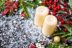 Carte de Noël de bonhomme de neige, branches à feuilles persistantes, feuilles rouges, baie Photographie stock libre de droits