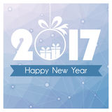 Carte de nouvelle année avec le fond polygonal bleu et boule de Noël avec le cadeau Images libres de droits