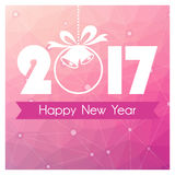 Carte de nouvelle année avec le fond polygonal rose et boule de Noël avec la cloche Image stock