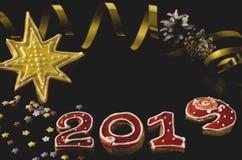 Carte de nouvelle année sur les nombres rouges 2019 avec les étoiles multicolores, sapin vert de pain d'épice noir de fond de pai image libre de droits