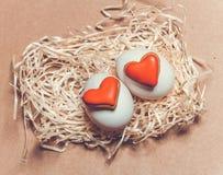 Carte de Pâques avec des oeufs et des biscuits sous forme de coeur Photos stock