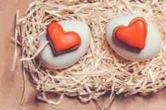 Carte de Pâques avec des oeufs et des biscuits sous forme de coeur Photo stock
