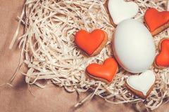 Carte de Pâques avec des oeufs et des biscuits sous forme de coeur Images stock