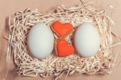 Carte de Pâques avec des oeufs et des biscuits sous forme de coeur Image libre de droits