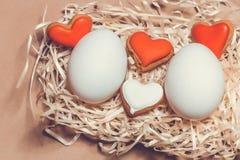 Carte de Pâques avec des oeufs et des biscuits sous forme de coeur Images libres de droits
