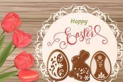 Carte de Pâques avec le lettrage et pain d'épice sous forme d'oeufs Tulipes fond, vacances de ressort Photos stock