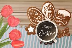 Carte de Pâques avec le lettrage et pain d'épice sous forme d'oeufs Tulipes fond, vacances de ressort Photographie stock
