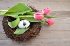 Carte de Pâques avec le nid photographie stock