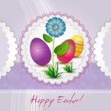 Carte de Pâques avec les oeufs colorés et la fleur bleue Photos libres de droits