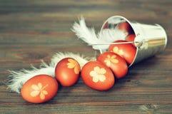 Carte de Pâques avec les oeufs de pâques naturellement teints image libre de droits