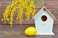 Carte de Pâques heureuse avec des décorations de Pâques Images stock