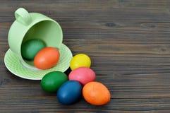 Carte de Pâques heureuse avec des oeufs de pâques dans la tasse Images libres de droits