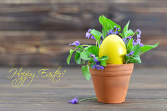 Carte de Pâques heureuse avec l'oeuf de pâques et les fleurs violettes Image stock