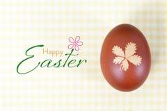 Carte de Pâques heureuse avec l'oeuf de pâques naturellement teint images stock
