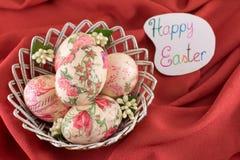 Carte de Pâques heureuse avec les oeufs de pâques décorés Photo libre de droits