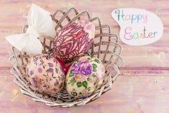 Carte de Pâques heureuse avec les oeufs de pâques décorés Photos stock
