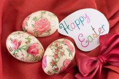 Carte de Pâques heureuse avec les oeufs de pâques décorés Image stock