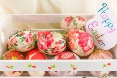 Carte de Pâques heureuse avec les oeufs de pâques décorés Photographie stock libre de droits