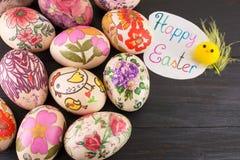 Carte de Pâques heureuse avec les oeufs de pâques décorés Images libres de droits