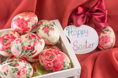Carte de Pâques heureuse avec les oeufs de pâques décorés Image libre de droits