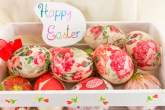 Carte de Pâques heureuse avec les oeufs de pâques décorés Photos libres de droits