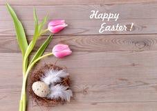 Carte de Pâques heureuse Fleurs et nid de Pâques Image stock