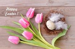 Carte de Pâques heureuse Fleurs et nid de Pâques Images stock