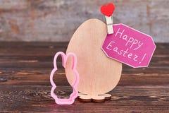 Carte de Pâques heureuse, oeuf de contreplaqué Photo stock