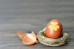 Carte de Pâques heureuse : Oeuf de pâques dans le nid Photo stock