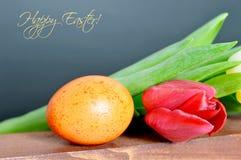 Carte de Pâques heureuse : Oeuf et tulipes de pâques Images libres de droits