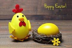 Carte de Pâques heureuse : Poussin et oeuf de Pâques dans le nid Images stock