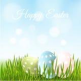 Carte de Pâques, oeufs de pâques dans l'herbe verte, Photo stock
