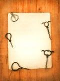 Carte de papier blanc avec des ouvreurs de vin comme backgroung photographie stock libre de droits