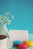 Carte de papier blanc avec la tasse d'andvase de thé en fleur et macarons pour le jour de femme Images stock