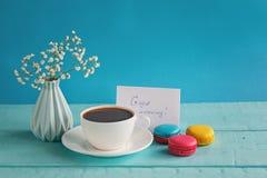 Carte de papier blanc avec la tasse d'andvase de thé en fleur et macarons pour le jour de femme Photographie stock