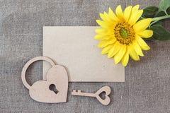 Carte de papier blanc avec le tournesol, le serrure-coeur et la clé sur renvoyer Photos libres de droits