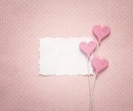 Carte de papier blanc avec les coeurs décoratifs sur un CCB de points de polka de rose Photo libre de droits