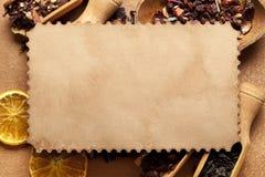 Carte de papier blanc et feuilles sèches de thé Photos libres de droits