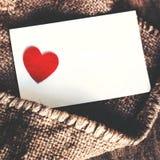 Carte de papier blanc de jour de valentines avec le coeur sur le backgroun de vintage Photographie stock