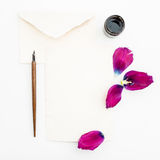 Carte de papier de calligraphie avec des fleurs, stylo d'encre d'isolement sur le fond blanc Configuration plate, vue supérieure Photographie stock libre de droits