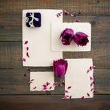 Carte de papier de calligraphie avec les fleurs et la boîte d'écorce sur le fond en bois Configuration plate, vue supérieure Photographie stock