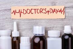 Carte de papier et bouteilles médicales Photographie stock libre de droits