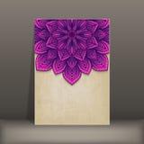 Carte de papier grunge avec la circulaire florale pourpre illustration stock