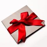 Carte de papier noire avec le ruban rouge de textile d'isolement sur le blanc Photo stock