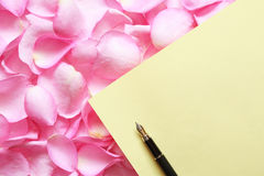 Carte de papier sur des pétales de Rose Images libres de droits