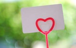 Carte de papier sur le coeur de tige pour la valentine Images libres de droits