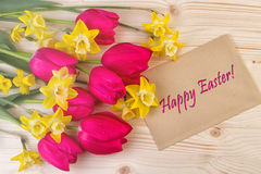 Carte de Pâques avec les fleurs gaies de ressort Image libre de droits