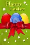 Carte de Pâques heureuse avec les oeufs de pâques et l'arc rouge Image libre de droits