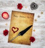 Carte de Saint-Valentin de cru avec la bougie et les roses rouges, le cerf peint, l'encre et la cannette - vue supérieure photos stock