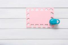 Carte de Saint Valentin, fond scrapbooking de métier, forme de coeur de perforatrice Photo libre de droits